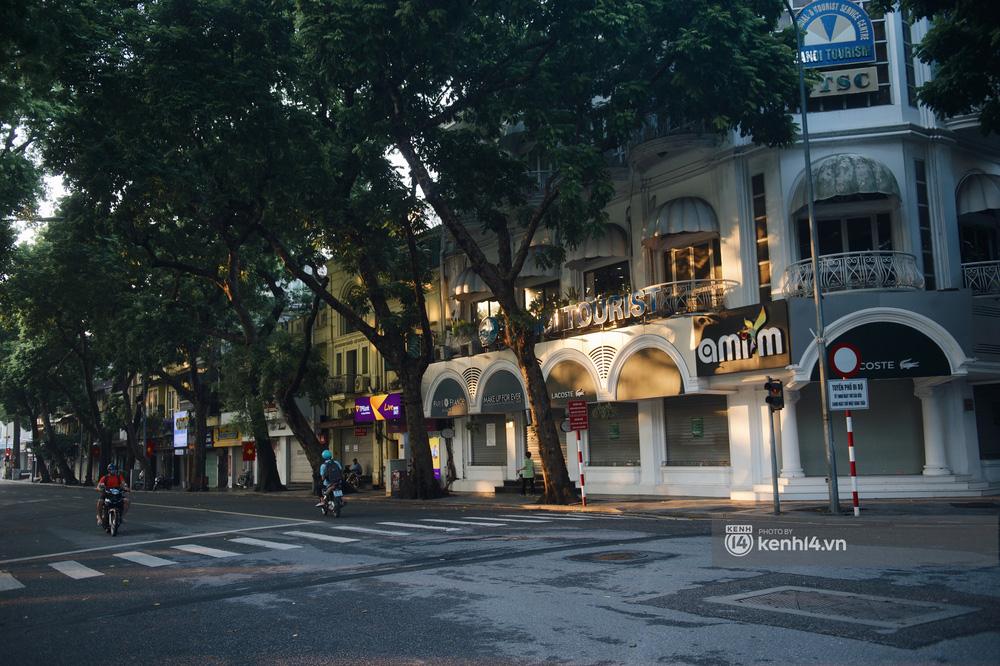Hà Nội ngày đầu thực hiện giãn cách xã hội theo Chỉ thị 16: Đường phố vắng lặng, hàng quán đóng kín cửa im lìm-1