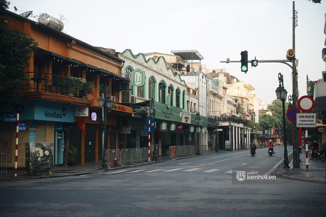 Hà Nội ngày đầu thực hiện giãn cách xã hội theo Chỉ thị 16: Đường phố vắng lặng, hàng quán đóng kín cửa im lìm-5