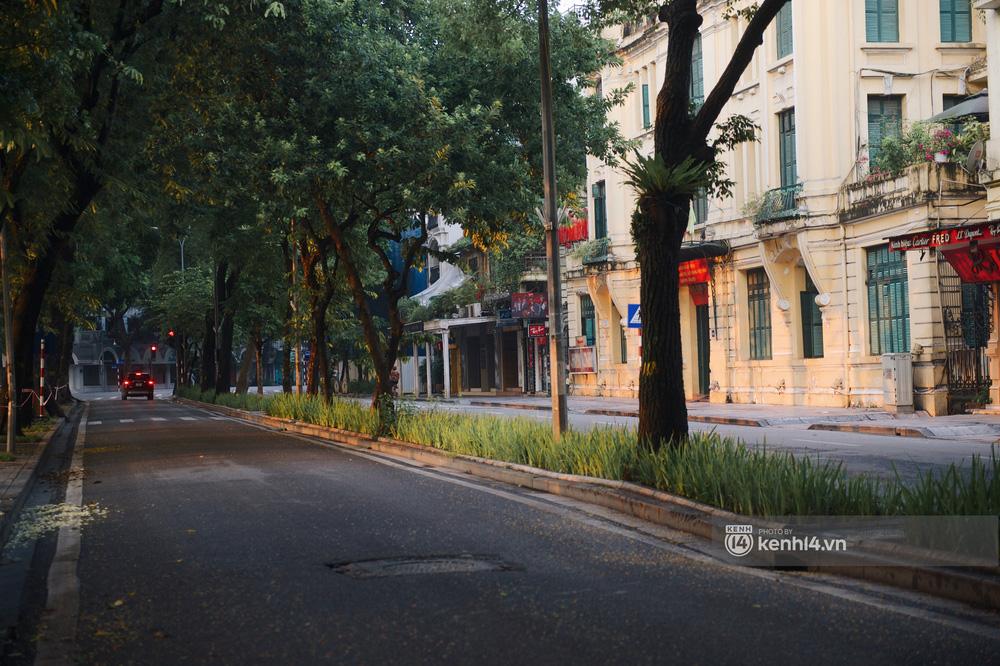 Hà Nội ngày đầu thực hiện giãn cách xã hội theo Chỉ thị 16: Đường phố vắng lặng, hàng quán đóng kín cửa im lìm-7