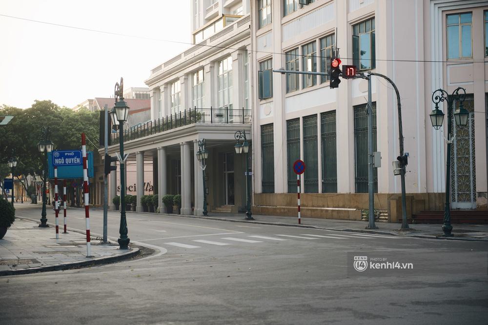 Hà Nội ngày đầu thực hiện giãn cách xã hội theo Chỉ thị 16: Đường phố vắng lặng, hàng quán đóng kín cửa im lìm-2