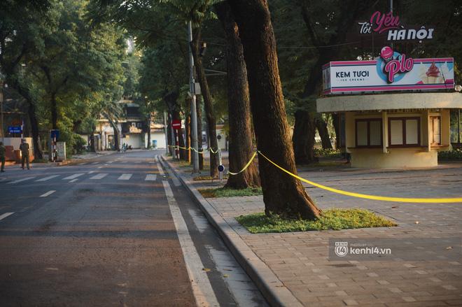 Hà Nội ngày đầu thực hiện giãn cách xã hội theo Chỉ thị 16: Đường phố vắng lặng, hàng quán đóng kín cửa im lìm-6