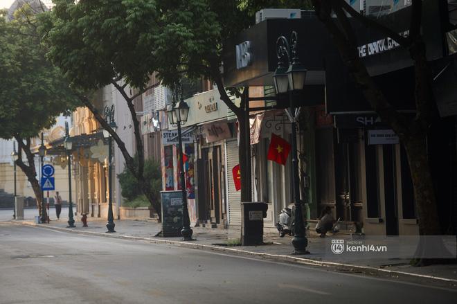 Hà Nội ngày đầu thực hiện giãn cách xã hội theo Chỉ thị 16: Đường phố vắng lặng, hàng quán đóng kín cửa im lìm-10
