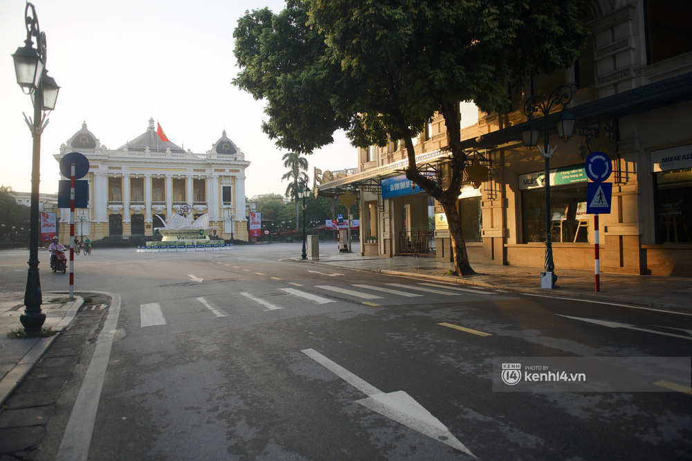 Hà Nội ngày đầu thực hiện giãn cách xã hội theo Chỉ thị 16: Đường phố vắng lặng, hàng quán đóng kín cửa im lìm-8