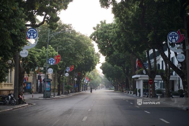 Hà Nội ngày đầu thực hiện giãn cách xã hội theo Chỉ thị 16: Đường phố vắng lặng, hàng quán đóng kín cửa im lìm-9