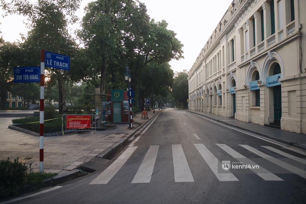 Hà Nội ngày đầu thực hiện giãn cách xã hội theo Chỉ thị 16: Đường phố vắng lặng, hàng quán đóng kín cửa im lìm-13