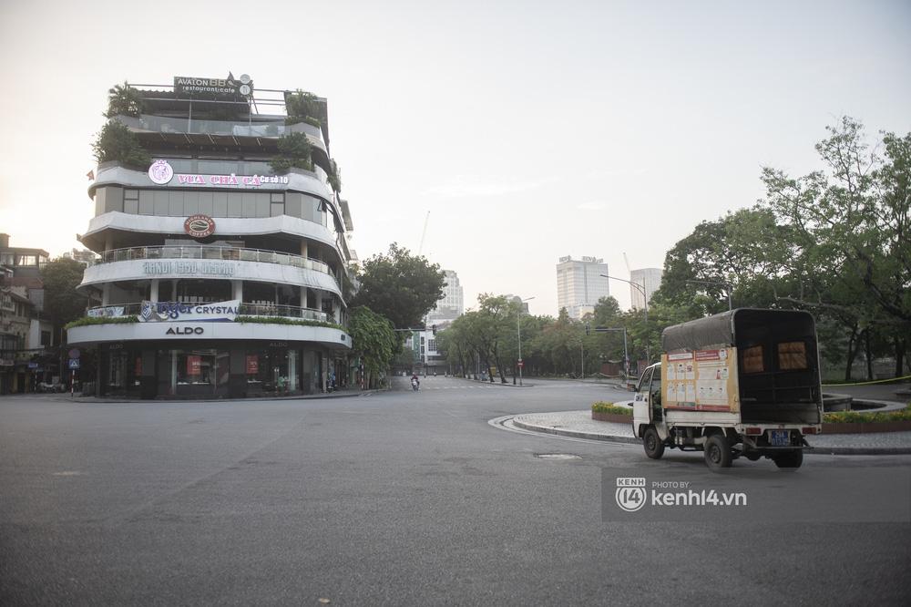 Hà Nội ngày đầu thực hiện giãn cách xã hội theo Chỉ thị 16: Đường phố vắng lặng, hàng quán đóng kín cửa im lìm-11