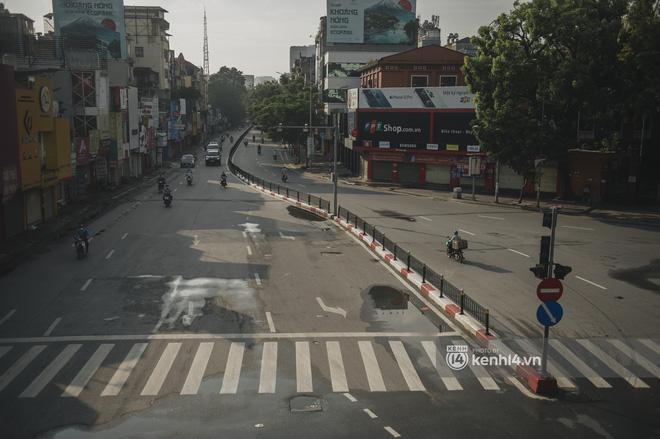 Hà Nội ngày đầu thực hiện giãn cách xã hội theo Chỉ thị 16: Đường phố vắng lặng, hàng quán đóng kín cửa im lìm-17