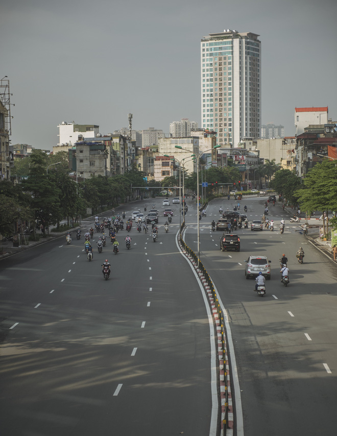 Hà Nội ngày đầu thực hiện giãn cách xã hội theo Chỉ thị 16: Đường phố vắng lặng, hàng quán đóng kín cửa im lìm-16