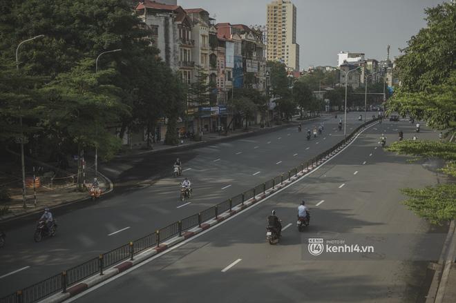 Hà Nội ngày đầu thực hiện giãn cách xã hội theo Chỉ thị 16: Đường phố vắng lặng, hàng quán đóng kín cửa im lìm-18