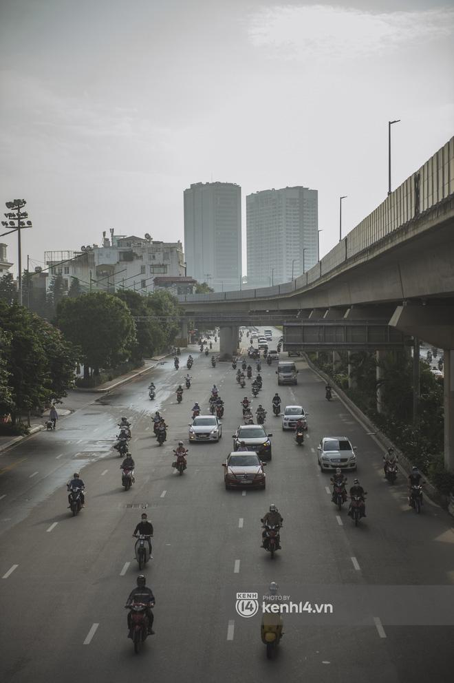 Hà Nội ngày đầu thực hiện giãn cách xã hội theo Chỉ thị 16: Đường phố vắng lặng, hàng quán đóng kín cửa im lìm-19