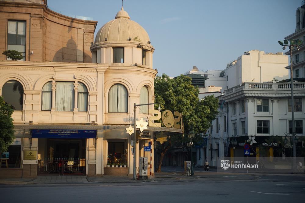 Hà Nội ngày đầu thực hiện giãn cách xã hội theo Chỉ thị 16: Đường phố vắng lặng, hàng quán đóng kín cửa im lìm-15