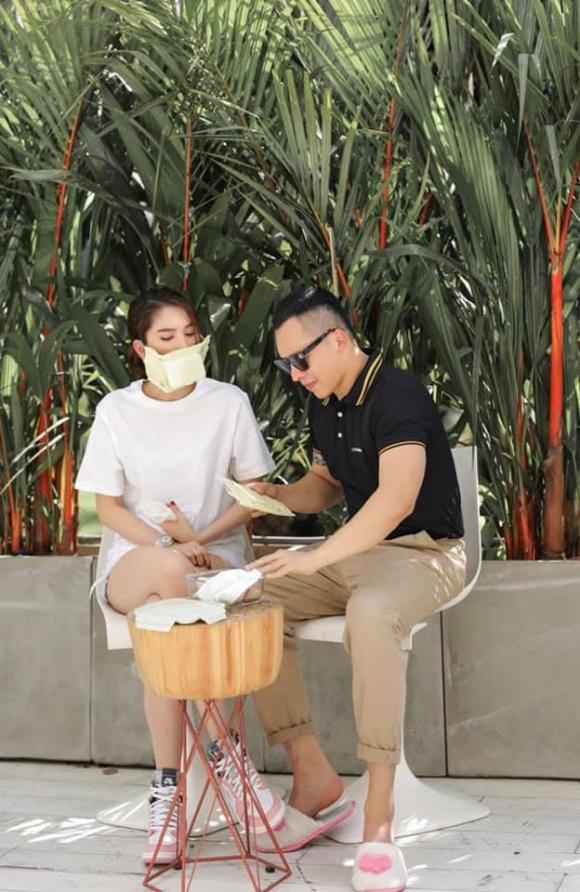 Vũ Khắc Tiệp và Ngọc Trinh gây tranh cãi khi dùng túi khăn ướt làm khẩu trang đeo giữa mùa dịch-3