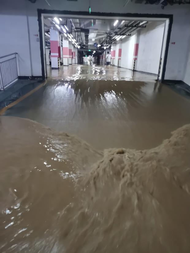 2 giờ kinh hoàng đối mặt với Tử thần của hàng trăm hành khách trên chuyến tàu bị mắc kẹt trong dòng nước lũ ngàn năm có một ở Trung Quốc-2