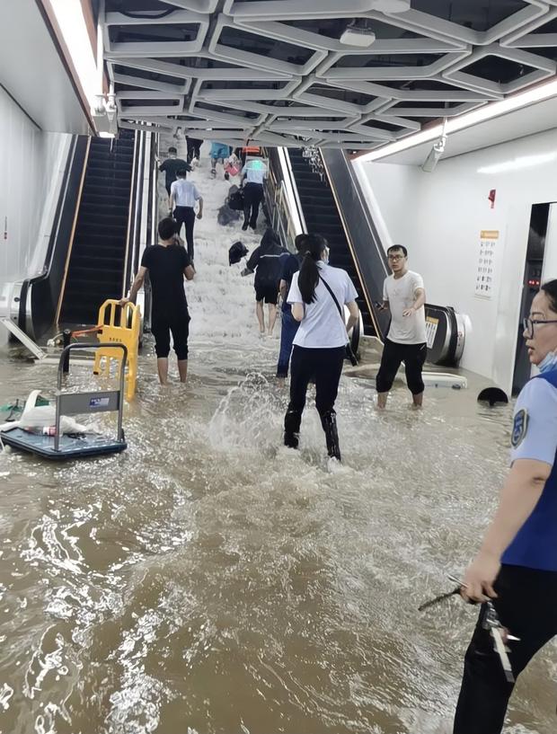 2 giờ kinh hoàng đối mặt với Tử thần của hàng trăm hành khách trên chuyến tàu bị mắc kẹt trong dòng nước lũ ngàn năm có một ở Trung Quốc-3