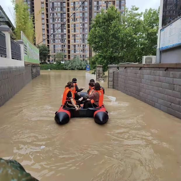 2 giờ kinh hoàng đối mặt với Tử thần của hàng trăm hành khách trên chuyến tàu bị mắc kẹt trong dòng nước lũ ngàn năm có một ở Trung Quốc-4