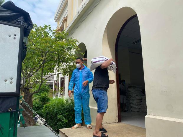 MC Quyền Linh mang dép tổ ong, vác gạo trên vai hỗ trợ tuyến đầu chống dịch Covid-19: Hình ảnh đẹp lan toả khắp MXH hôm nay!-3
