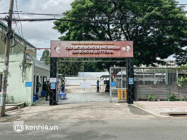 Cận cảnh khu điều trị Covid-19 trên sân bóng đá đầu tiên ở Sài Gòn vừa chính thức đón F0-1