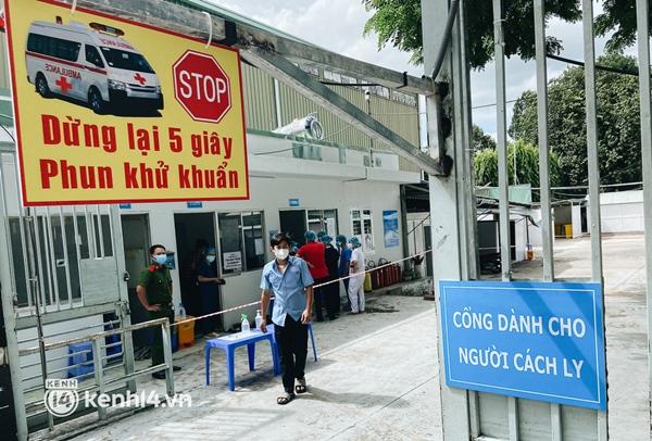 Cận cảnh khu điều trị Covid-19 trên sân bóng đá đầu tiên ở Sài Gòn vừa chính thức đón F0-3