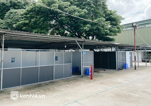 Cận cảnh khu điều trị Covid-19 trên sân bóng đá đầu tiên ở Sài Gòn vừa chính thức đón F0-4
