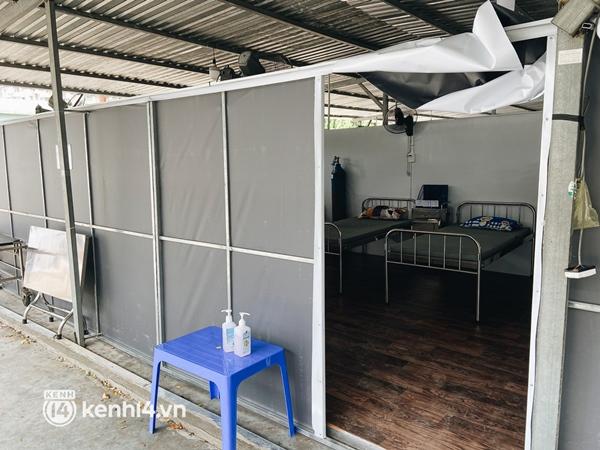 Cận cảnh khu điều trị Covid-19 trên sân bóng đá đầu tiên ở Sài Gòn vừa chính thức đón F0-9