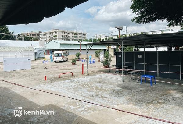 Cận cảnh khu điều trị Covid-19 trên sân bóng đá đầu tiên ở Sài Gòn vừa chính thức đón F0-16