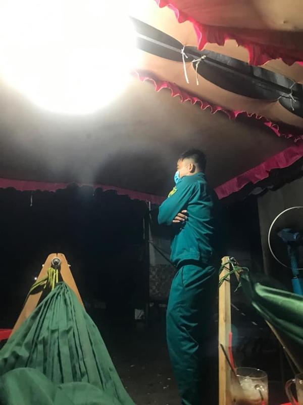 Xót xa hình ảnh cán bộ co ro trong mưa lạnh, trắng đêm kiên trì bám chốt chống dịch Covid-19 ở Bình Dương-10