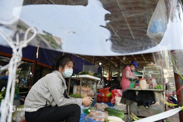 Hà Nội: Chợ dân sinh đầu tiên quây nylon kín mít để phòng tránh Covid-19 khi bán hàng-2