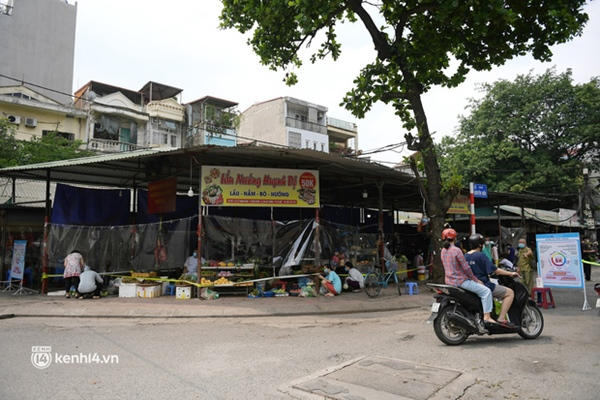 Hà Nội: Chợ dân sinh đầu tiên quây nylon kín mít để phòng tránh Covid-19 khi bán hàng-3