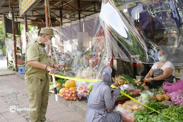 Hà Nội: Chợ dân sinh đầu tiên quây nylon kín mít để phòng tránh Covid-19 khi bán hàng-4