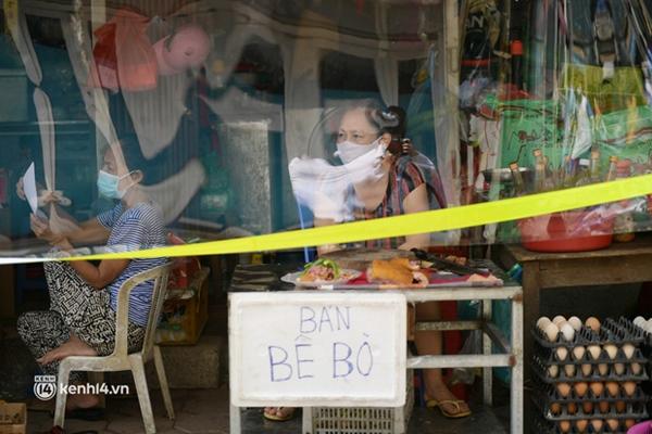 Hà Nội: Chợ dân sinh đầu tiên quây nylon kín mít để phòng tránh Covid-19 khi bán hàng-5