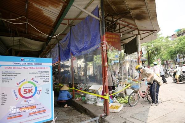 Hà Nội: Chợ dân sinh đầu tiên quây nylon kín mít để phòng tránh Covid-19 khi bán hàng-6