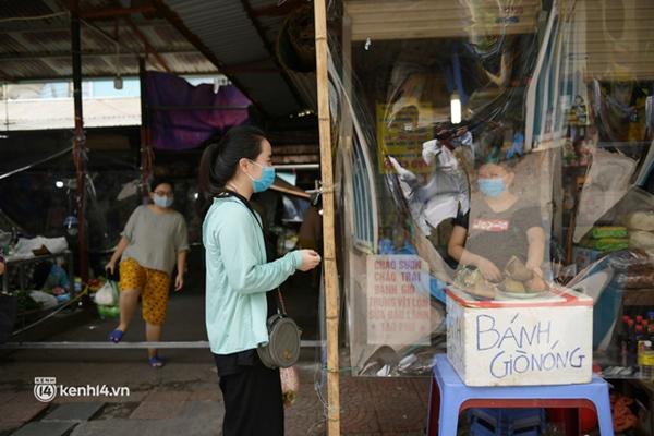Hà Nội: Chợ dân sinh đầu tiên quây nylon kín mít để phòng tránh Covid-19 khi bán hàng-7