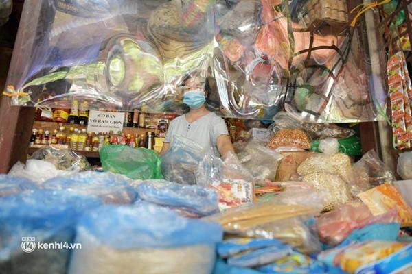 Hà Nội: Chợ dân sinh đầu tiên quây nylon kín mít để phòng tránh Covid-19 khi bán hàng-8