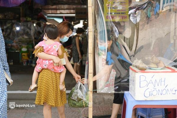 Hà Nội: Chợ dân sinh đầu tiên quây nylon kín mít để phòng tránh Covid-19 khi bán hàng-9
