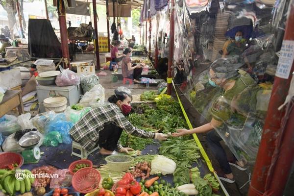 Hà Nội: Chợ dân sinh đầu tiên quây nylon kín mít để phòng tránh Covid-19 khi bán hàng-10