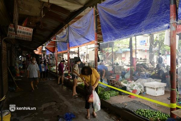 Hà Nội: Chợ dân sinh đầu tiên quây nylon kín mít để phòng tránh Covid-19 khi bán hàng-11