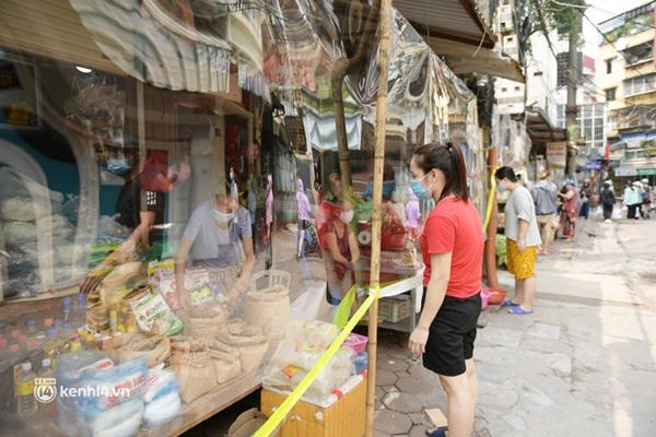 Hà Nội: Chợ dân sinh đầu tiên quây nylon kín mít để phòng tránh Covid-19 khi bán hàng-12