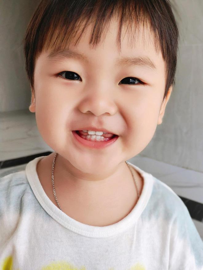 Clip 2 triệu view đang hot: Quý tử nhà Hoà Minzy chưa đầy 2 tuổi đã thuộc làu 19 quốc kỳ, ai cũng phục sát đất-10
