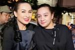 Tự hào khoe được con gái ở Mỹ gửi tiền về làm từ thiện, Phi Nhung bị antifan miệt thị là 'con lai' liền đáp trả căng luôn