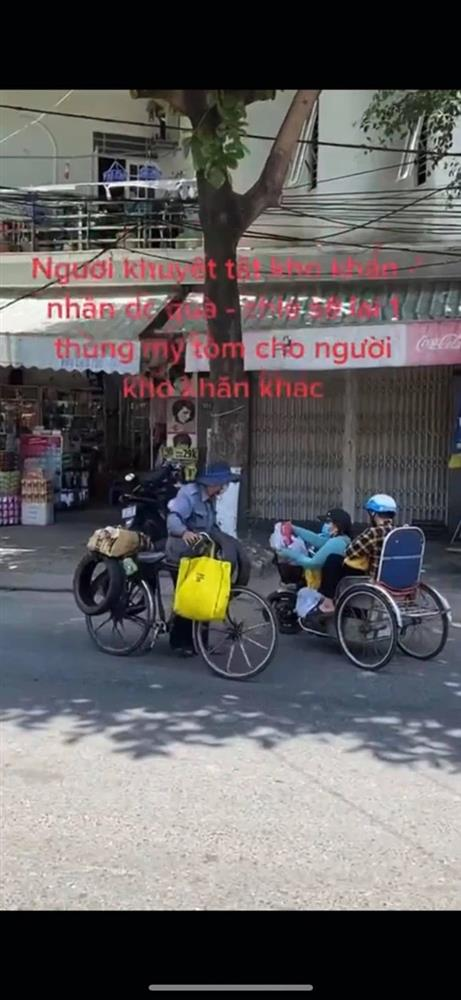 Vừa nhận quà hỗ trợ mùa dịch, chị gái khuyết tật đã làm một hành động với người qua đường khiến ai nấy rưng rưng-1