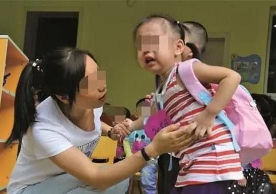 Bé 3 tuổi bị bỏ quên ở nhà trẻ, qua đêm người nhà vẫn không liên lạc, sau khi mở cặp của bé, cô giáo đã phải gọi cảnh sát-3