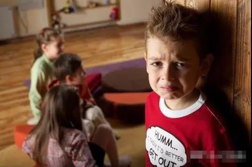 Bé 3 tuổi bị bỏ quên ở nhà trẻ, qua đêm người nhà vẫn không liên lạc, sau khi mở cặp của bé, cô giáo đã phải gọi cảnh sát-5
