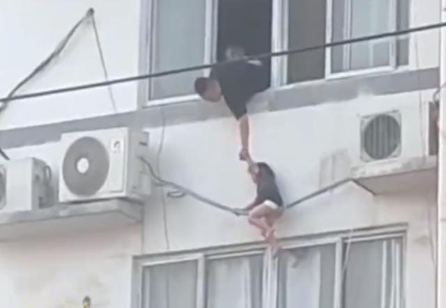 Mẹ bất lực kêu cứu khi phát hiện con gái đu lơ lửng trên ống điều hòa, một phút bất cẩn suýt khiến cô ân hận cả đời-3