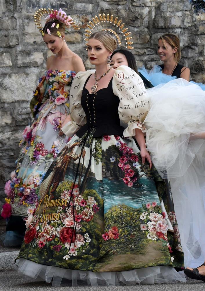Cháu gái Công nương Diana kết hôn: Bộ váy cưới vượt thời gian và câu chuyện xúc động đằng sau con số 32-4