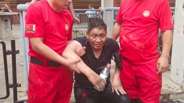 Uống nước bẩn 3 ngày 3 đêm vì bị mắc kẹt dưới hầm ngập nước sau trận lũ thảm khốc, người đàn ông đã hồi sinh ngoạn mục gây bão MXH-6