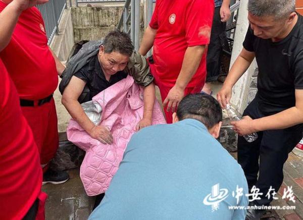 Uống nước bẩn 3 ngày 3 đêm vì bị mắc kẹt dưới hầm ngập nước sau trận lũ thảm khốc, người đàn ông đã hồi sinh ngoạn mục gây bão MXH-5