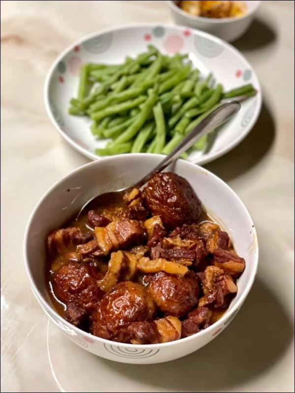 Siêu mẫu Hà Anhdiện cảbikini đứng bếp, món cà ri gà nấu lần đầu đã thành công-6