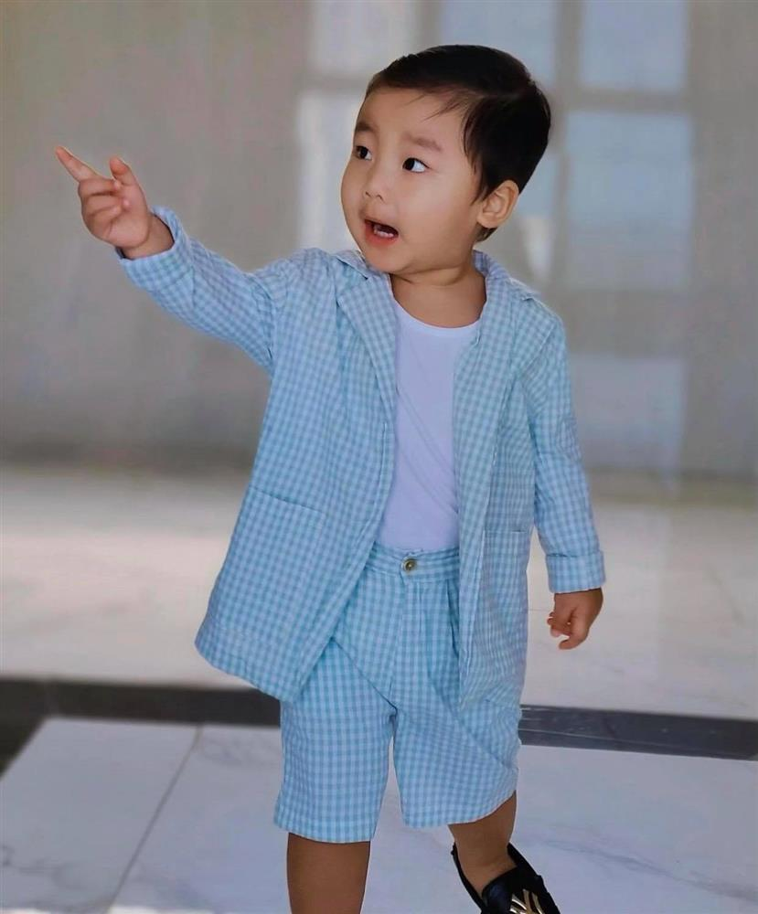 Nghỉ dịch ở nhà, Hoà Minzy lên đồ cho con trai như tổng tài nhưng chỉ để đi làm một việc-1