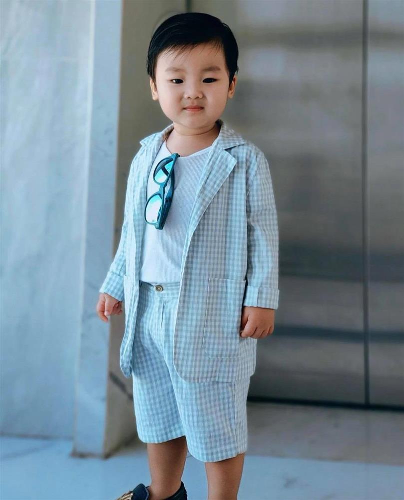 Nghỉ dịch ở nhà, Hoà Minzy lên đồ cho con trai như tổng tài nhưng chỉ để đi làm một việc-2