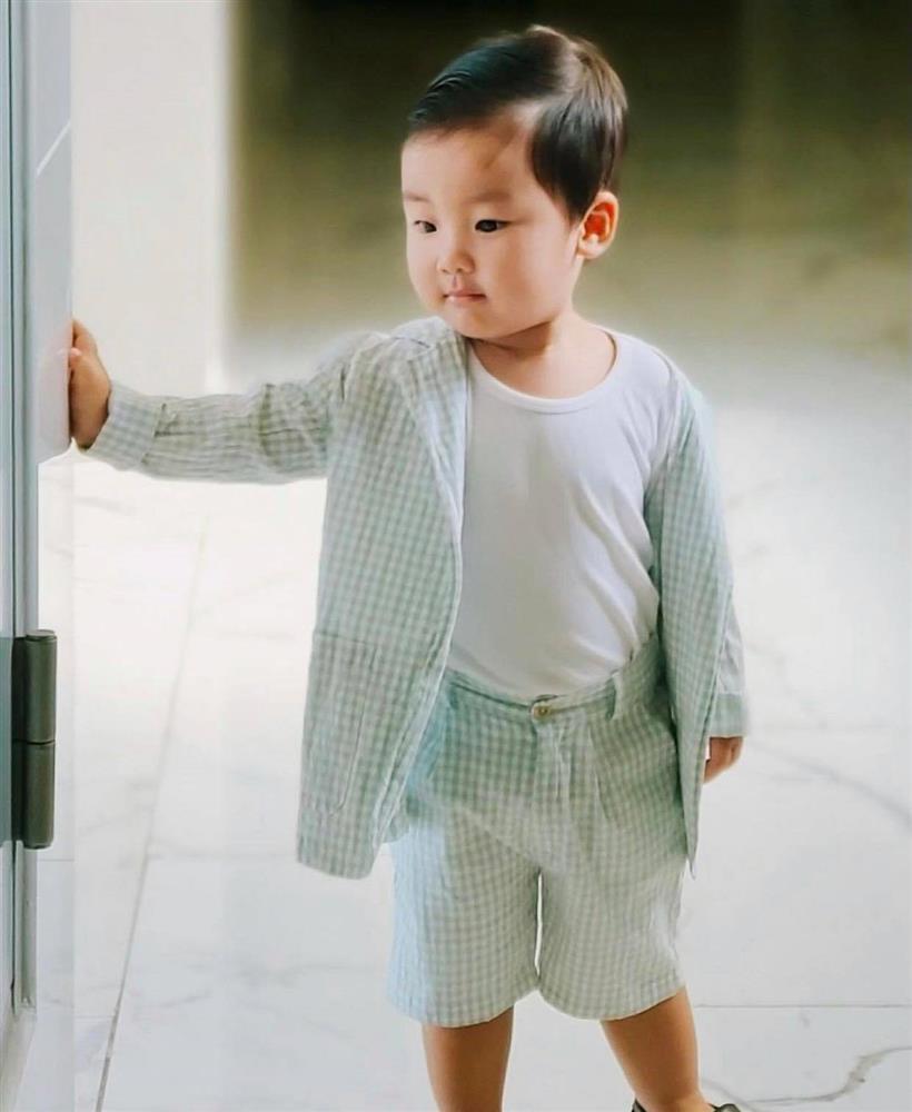 Nghỉ dịch ở nhà, Hoà Minzy lên đồ cho con trai như tổng tài nhưng chỉ để đi làm một việc-3